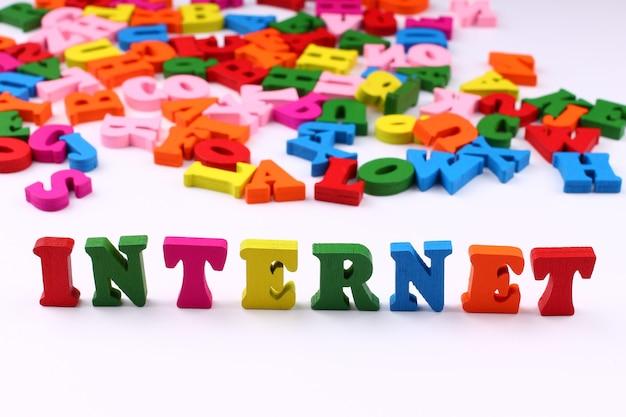 A palavra internet com letras coloridas
