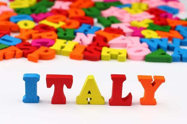 A palavra itália com letras coloridas