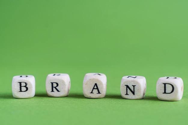 A palavra marca em um fundo verde
