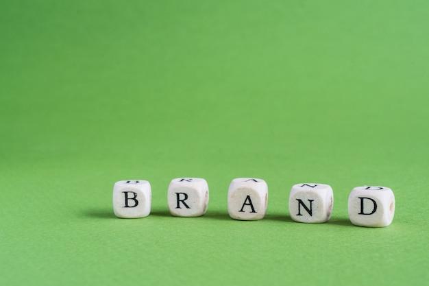A palavra marca feita de pequenas letras rabiscadas de madeira