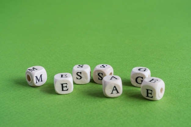 A palavra mensagem feita de pequenas letras rabiscadas de madeira