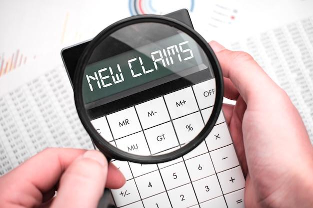 A palavra novas reivindicações está escrita na calculadora