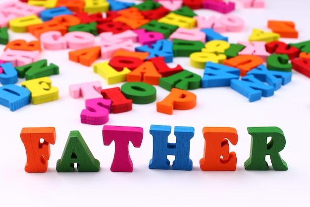 A palavra pai com letras coloridas