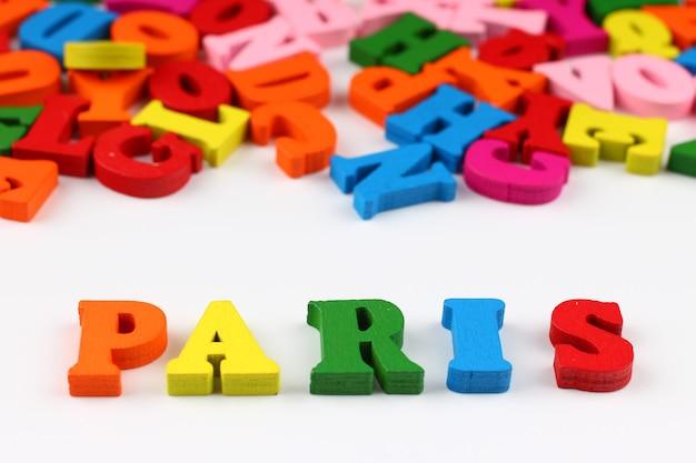 A palavra paris com letras coloridas