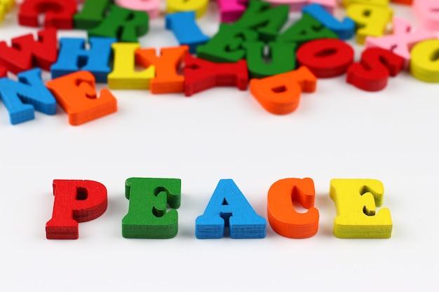 A palavra paz com letras coloridas