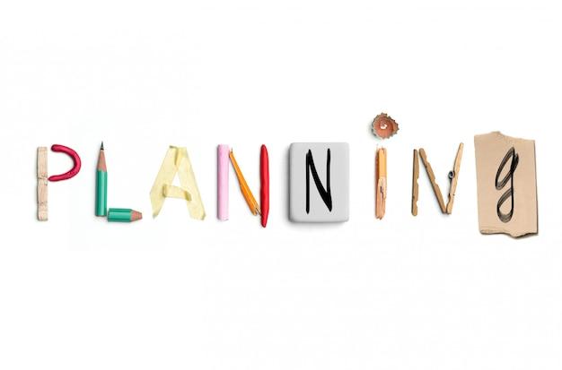 A palavra planejamento criada a partir de artigos de papelaria do escritório.