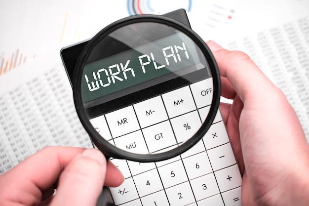 A palavra plano de trabalho está escrita na calculadora
