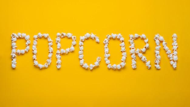 A palavra popkorn é colocada em pedaços de pipoca.