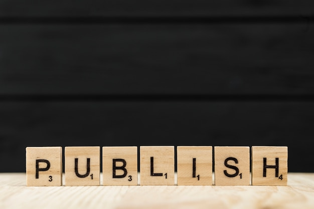 A palavra publicar escrito com letras de madeira