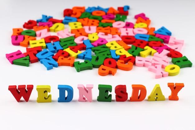 A palavra quarta-feira com letras coloridas