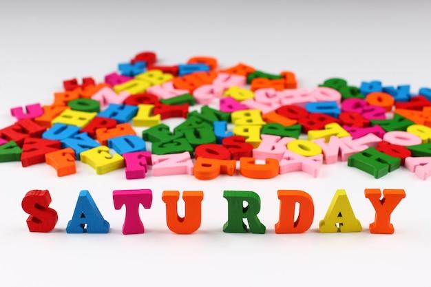 A palavra sábado com letras coloridas