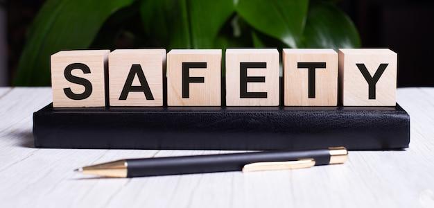 A palavra segurança está escrita nos cubos de madeira do diário perto da alça.