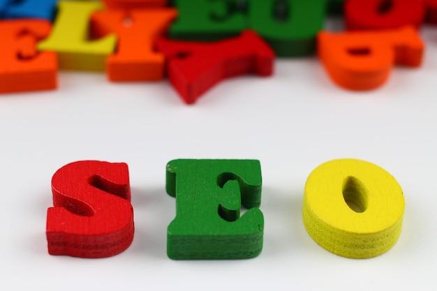 A palavra seo com letras coloridas