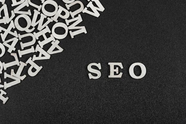 A palavra seo é composta por letras brancas sobre fundo preto. otimização de site