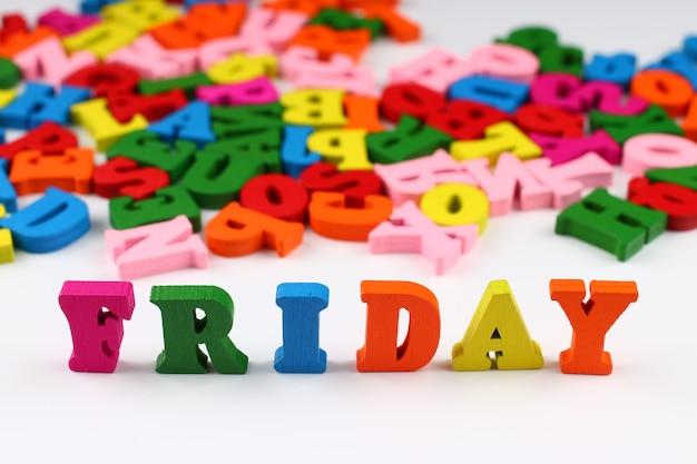 A palavra sexta-feira com letras coloridas