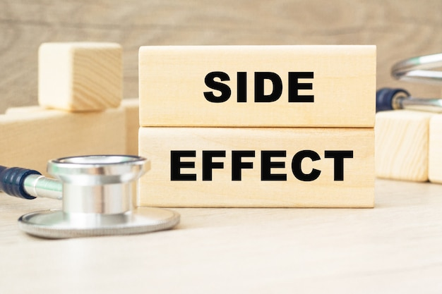 A palavra side effect é escrita em uma estrutura de cubos de madeira