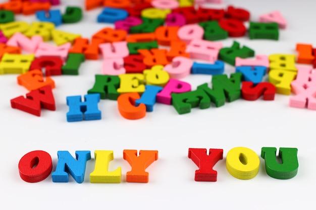 A palavra só você com letras coloridas