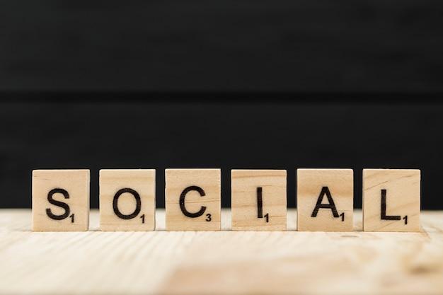 A palavra social soletrada com letras de madeira