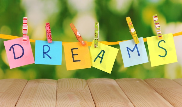 A palavra sonhos na mesa de madeira