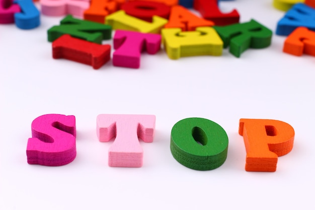 A palavra stop com letras coloridas