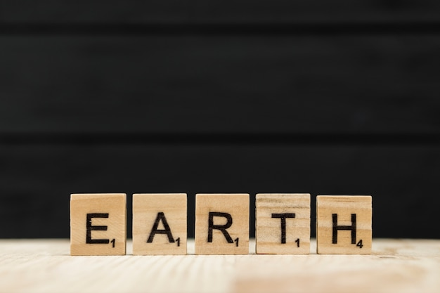 A palavra terra soletrada com letras de madeira