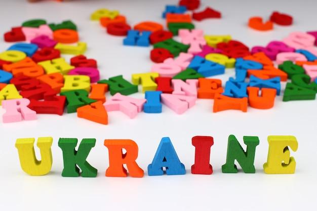 A palavra ucrânia com letras coloridas