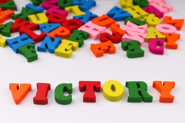 A palavra vitória com letras coloridas