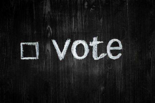 A palavra voto e uma caixa de seleção preenchida em um quadro negro