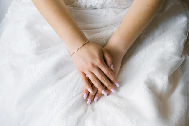 A palma da noiva com uma manicure de casamento