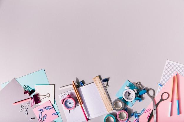 A papelaria feminina para a criatividade está isolada.