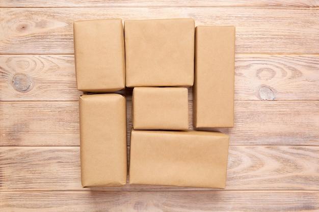 A parcela do pacote do pacote do correio de brown para você projeta. caixa de papelão em madeira