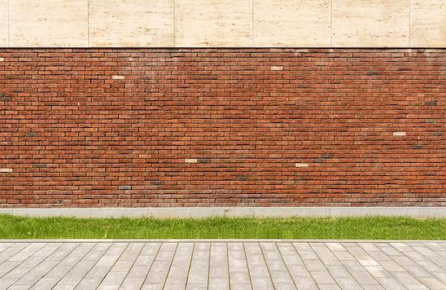 A parede da casa é de tijolo vermelho