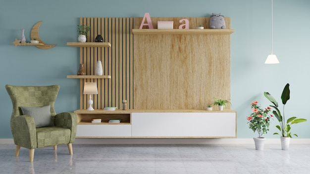 A parede de madeira para pendurar a tv na sala moderna tem um vaso e livros nas prateleiras e um sofá com vasos de flores nas laterais.