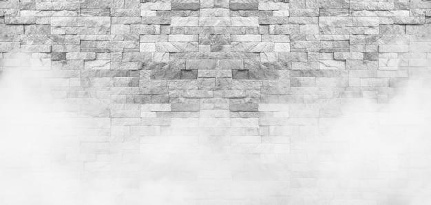 A parede de pedra branca com fundo de névoa.