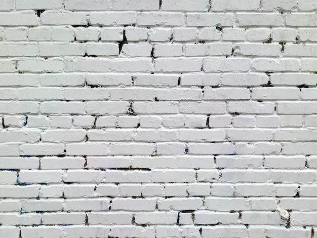 A parede de tijolos é branca.