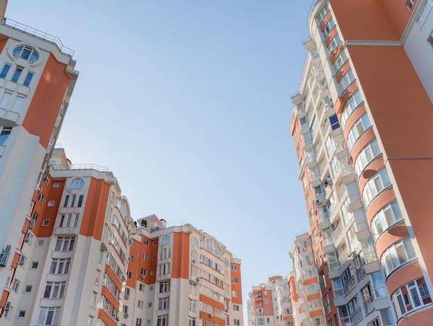 A parede de um prédio de apartamentos. fundo arquitetônico.