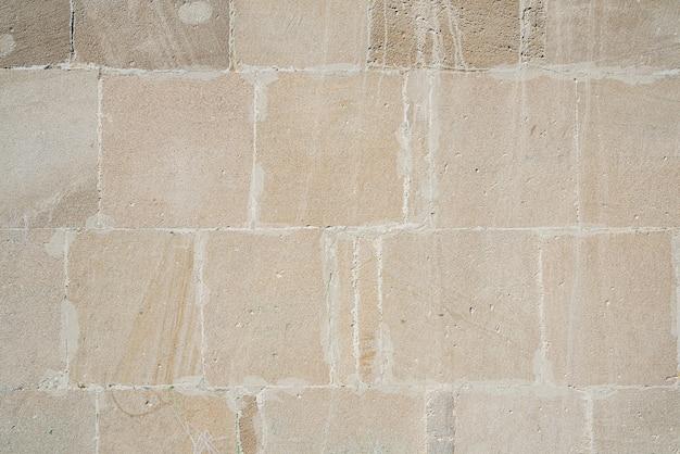 A parede do edifício é forrada com lajes de pedra