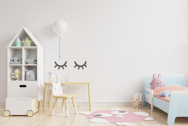 A parede do modelo na sala de crianças no fundo branco das cores da parede.