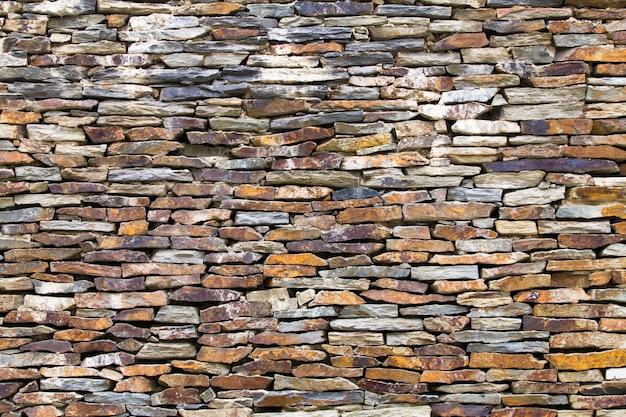 A parede é feita de pedra britada