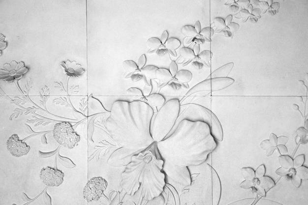 A parede está decorada com flores de azulejos, textura de fundo