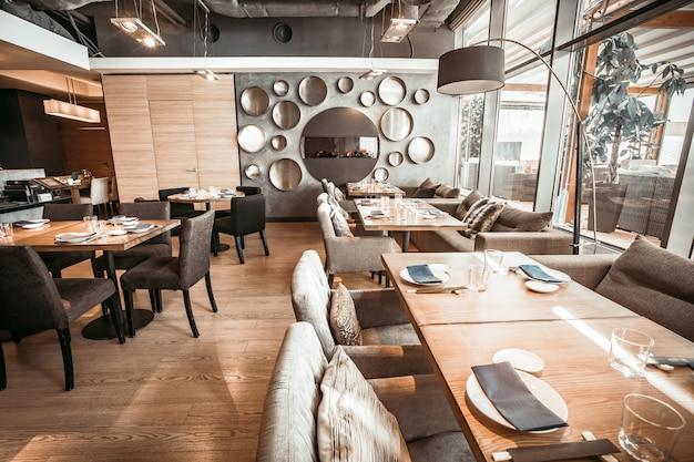 A parte do salão principal do restaurante. modifique tons de cinza.