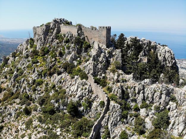 A parte turca do norte de chipre. excelente vista de cima, montanha e castelos ao redor. criado por drone.