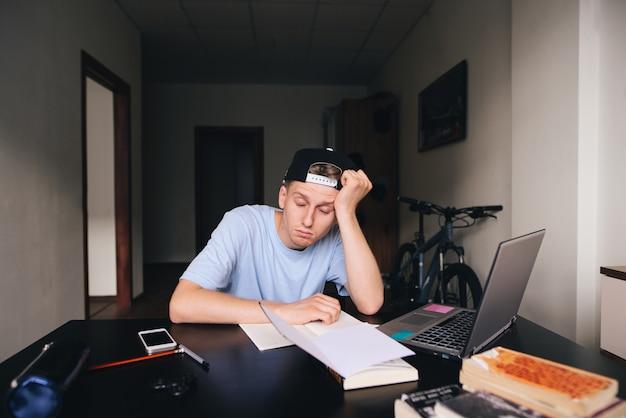 A parteira adormeceu à mesa em seu quarto enquanto estudava em casa. dever de casa.