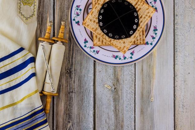 A páscoa judaica atribui na composição os rolos da torá e a matzá da páscoa