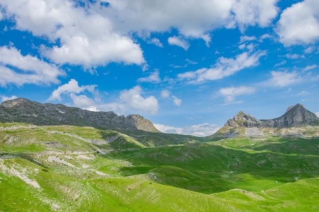 A passagem de montanha sedlo fica no norte de montenegro.