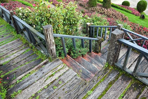 A passarela de madeira no parque.