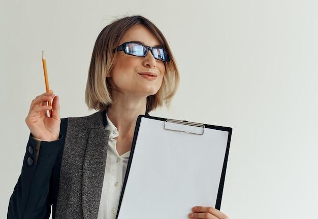 A pasta de artigos de papelaria da mulher documenta a folha de papel em branco. foto de alta qualidade