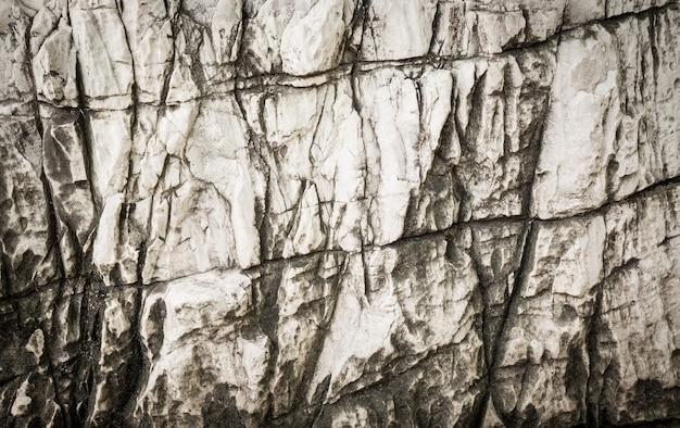 A pedra branca sólida na caverna