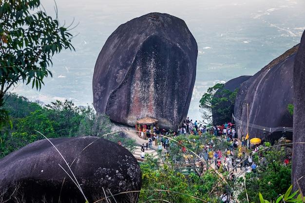 A pedra com a pegada de lord buddha na montanha chanthaburi tailândia de khitchakut.