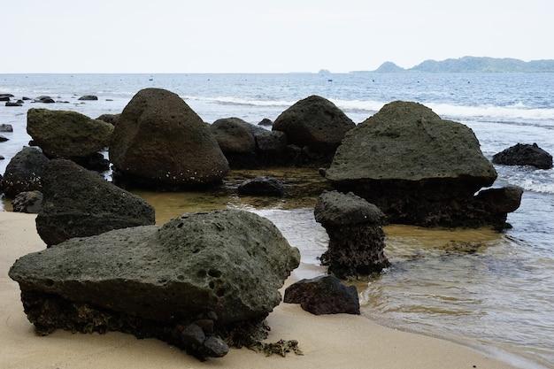 A pedra da rocha na praia